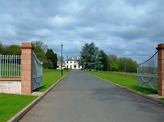 Woodland House Hotel: The driveway