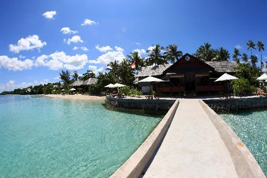 Wakatobi Dive Resort: The longhouse, beach and villas down the shore