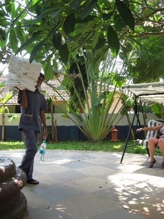 Santana Beach Resort: Towel-sculpture materials arrive