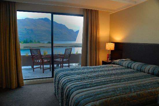 Copthorne Hotel & Apartments Queenstown Lakeview: Bedroom and balcony