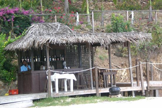 COCOS Hotel Antigua: the bar  at the beach,great piña colada