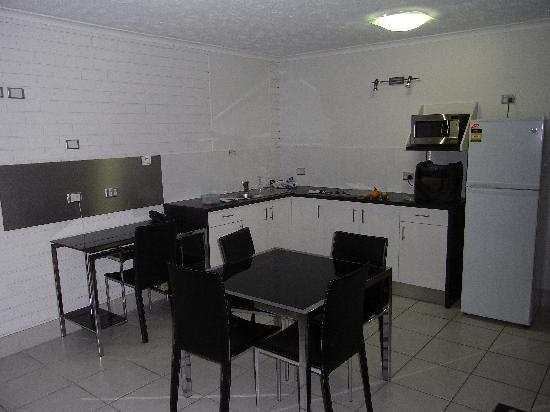 Broadbeach Travel Inn Apartments: Dining area