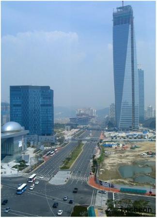 Incheon, Südkorea: Chụp tu hành lang sát phòng ở của khách sạn. Cái tòa nhà vát kia là trong những đặc điểm để nhận