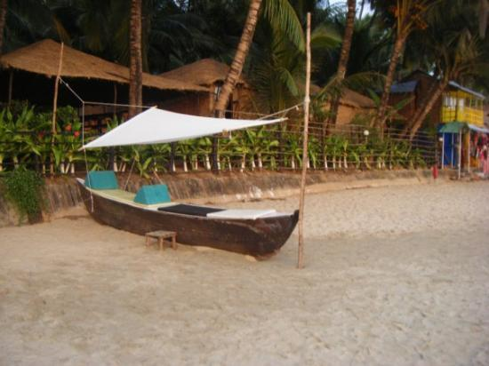 Calangute, Índia: a fishing boat made into a sun lounger