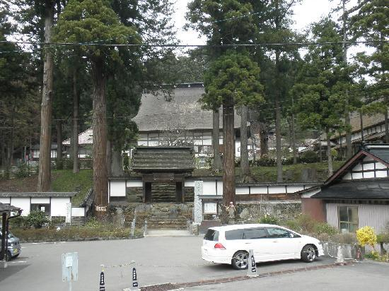 Oshu, Japonia: お寺の正面です。