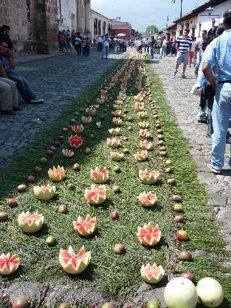 Alfombra de frutas. Semana Santa: fotografía de Antigua ...