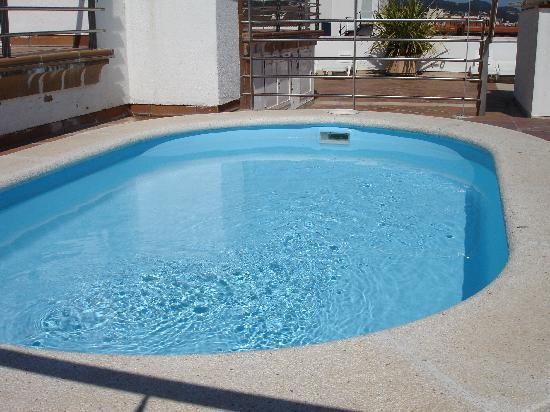 Apartaments Condado : The small rooftop swiming pool