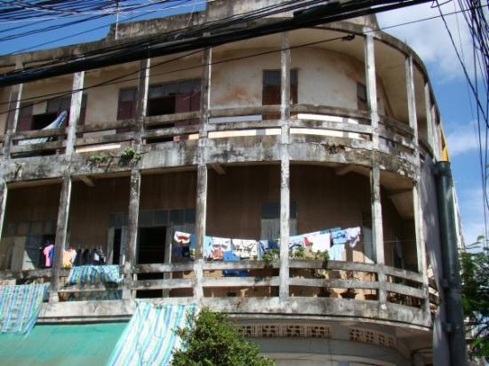 Вьентьян, Лаос: тоже домишка в центре города))) когда-то , лет сто назад ,был , наверно,ничего)))