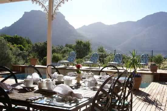 Mountain Views Guest House: Breakfast by the pool & deck