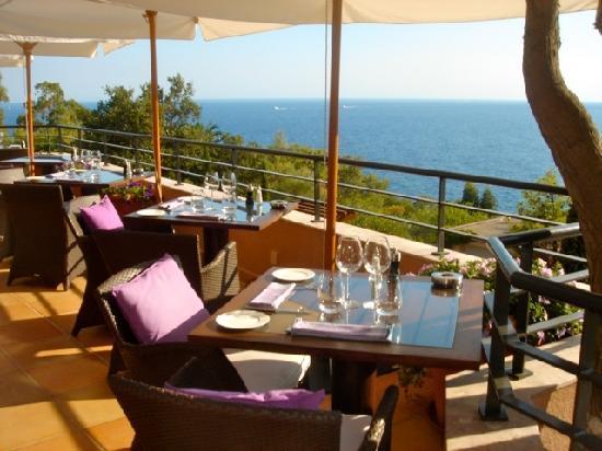 Hotel Tiara Yaktsa Cote d'Azur.: Calming breakfast area