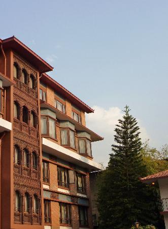 Malla Hotel: façade côté piscine