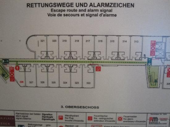 Mercure Hotel Plaza Essen: Triangular twin rooms at end of corridor