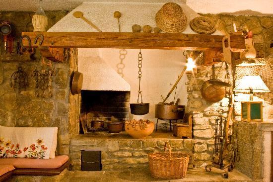 Caminetto taverna foto di casolare il condottiero - Taverna di casa ...