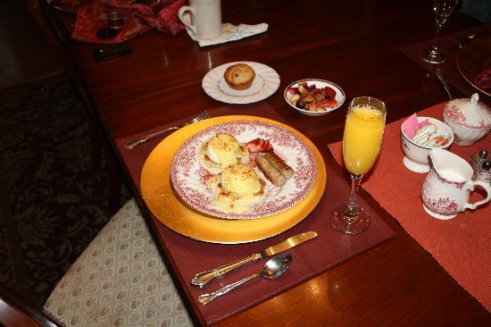 GlenMorey Country House: Breakfast is served!