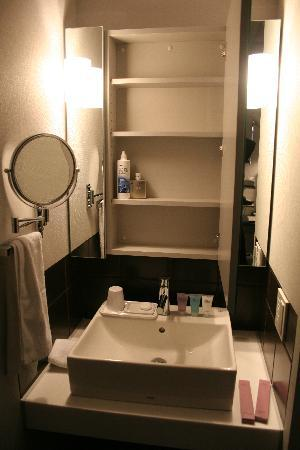 Citadines Shinjuku Tokyo: Extra storage in sink cupboard