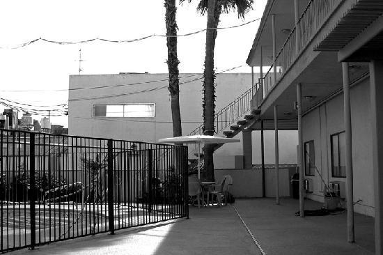 Siegel Suites Select Convention Center : Rodeway Inn patio