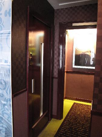 Tiny bathroom picture of hotel design sorbonne paris for Hotel design sorbonne 6 rue victor cousin 75005 paris france