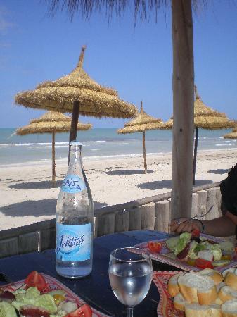 Hotel Dar El Bhar: Déjeuner sur la plage