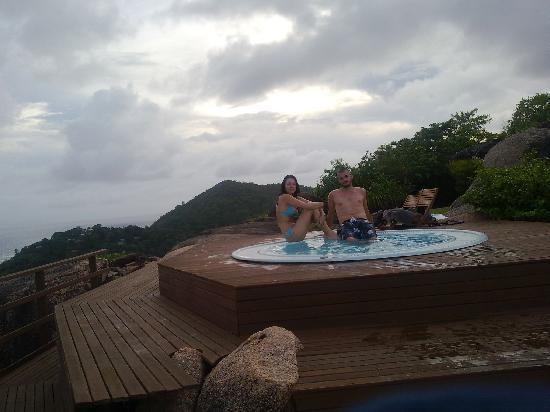 Le Chateau de Feuilles: même sous la pluie... vous succomberez à cette vue dans ce jacuzzi !!!