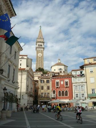 Piran, Slovenië: The most beautiful building in this square is an Venetian Gothic house from the first half of th