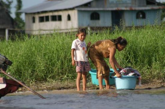Iquitos, Περού: Every day is wash day at the river.