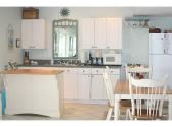Sandbar Bed & Breakfast: Kitchen Area