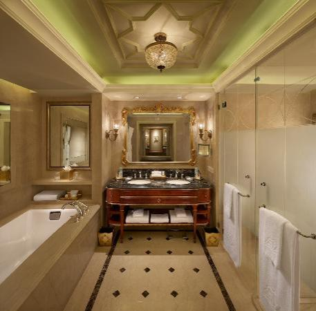 The Leela Palace New Delhi: Bathroom