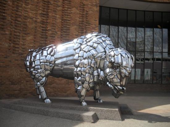 Grand Junction, CO: Y a encore des sculptures bizarres partout comme à Denver: ce buffle argenté est à l'entrée d'un