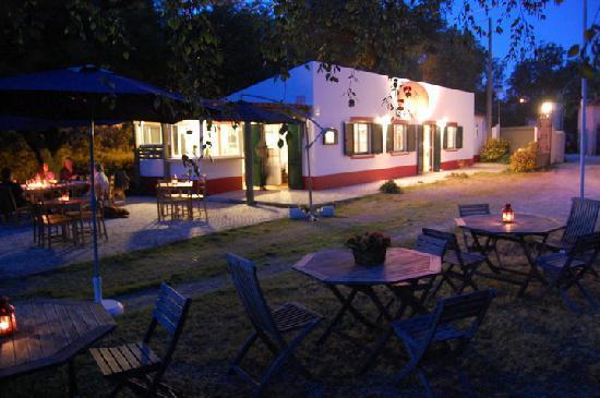 Galamares, Portugal: Bistro at night
