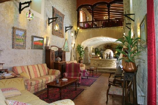 EcoHotel & Spa Monnaber Nou: salon lounge with fireplace from Monnaber Nou