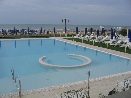 Hotel Le Soleil : Labelle pscine, entre le bâtiment  et la mer