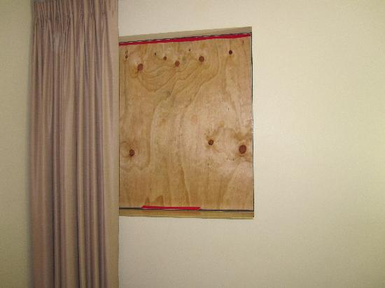Quality Suites Boulevard On Beaumont : The window boarded up (we had no window)