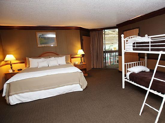 Burlington, IA: PZAZZ! Resort Hotel Family Bunk Bed Suite