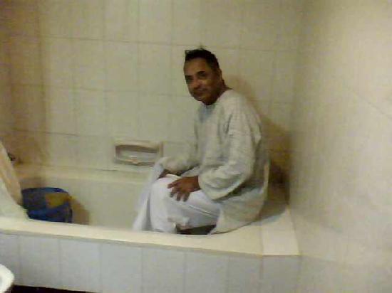 The Vijay Park Hotel Chennai: Not so spacious bathroom