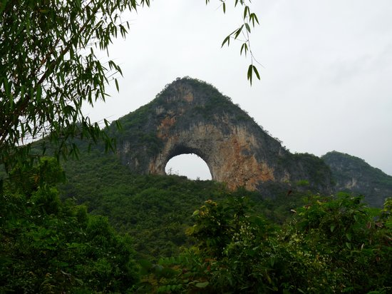 Yangshuo County, Cina: view of the arch