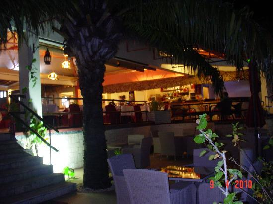 Les Roches Rouges: Restaurant at night
