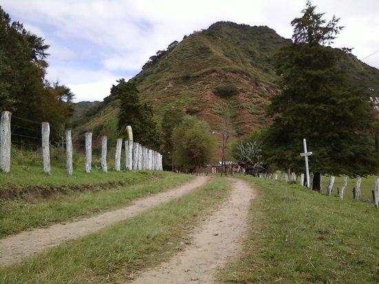 Province of Jujuy, Argentinien: Una de las calles de la comunidad con la vista del cerro en el fondo.