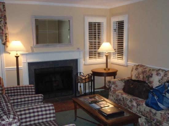 The Spa at Norwich Inn : Working fireplace with couches