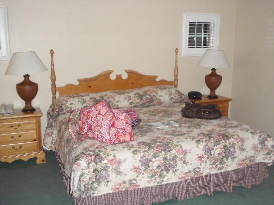 The Spa at Norwich Inn: King size bed