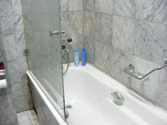 Ikoyi, Nigeria: Glass panel at bathtub