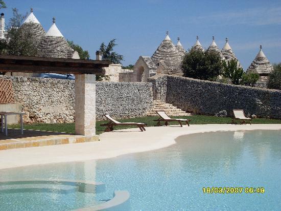 Piscina con lo sfondo dei trulli picture of masseria cappuccini ostuni tripadvisor - Masseria in puglia con piscina ...