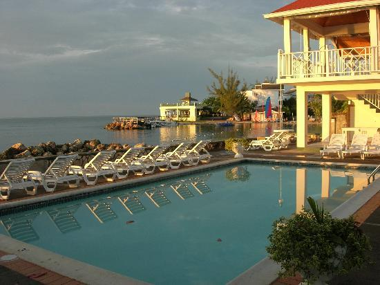 Piper's Cove Resort: The pool and the cove beyond