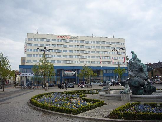 InterCityHotel - Schwerin: Front view of the hotel from the station square