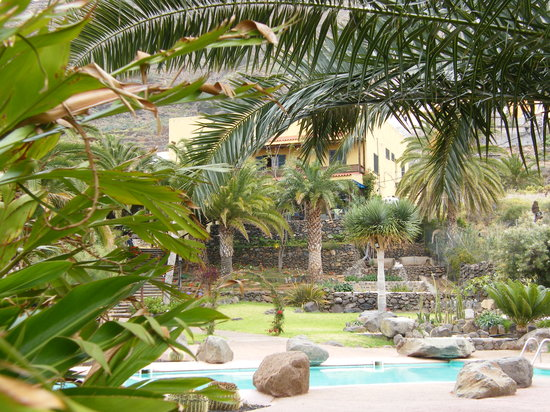 Hacienda de Anzo: view up to hotel from pool