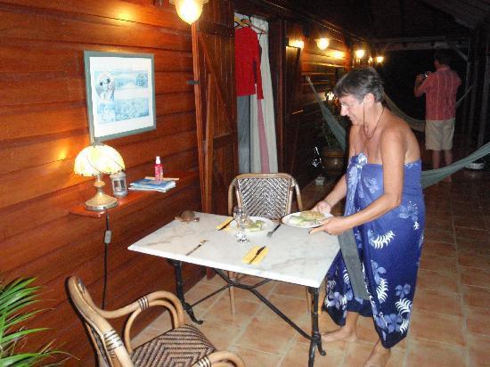 Gites Beaugendre: nach einem erlebnisreichen Tag serviert Annette das Abendessen vor dem Zimmer