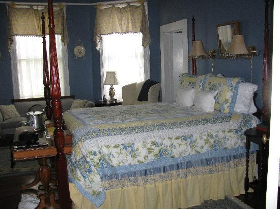 The Chipley Murrah House Bed and Breakfast: The Queen Anne Room