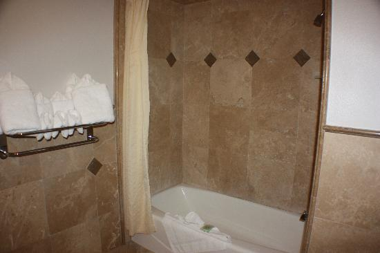 Little Sur Inn: more bathroom