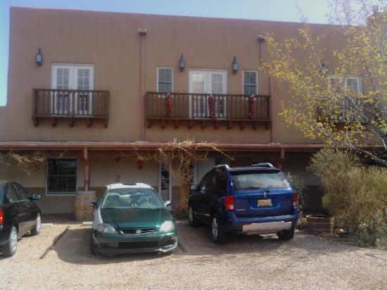 Old Santa Fe Inn: Hotel from parking lot.