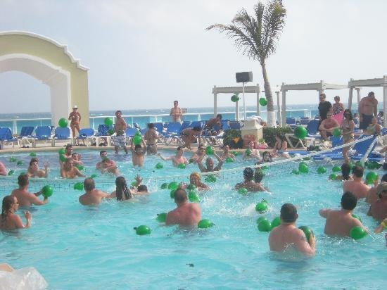 Piscine adulte picture of gran caribe resort cancun for Piscine gonflable adulte