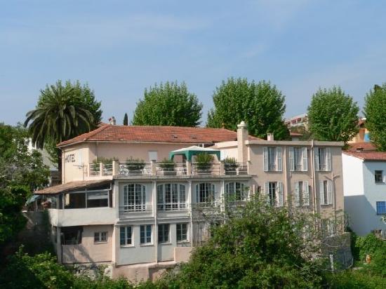 Hotel La Lubiane : Hotel from outside on the bridge